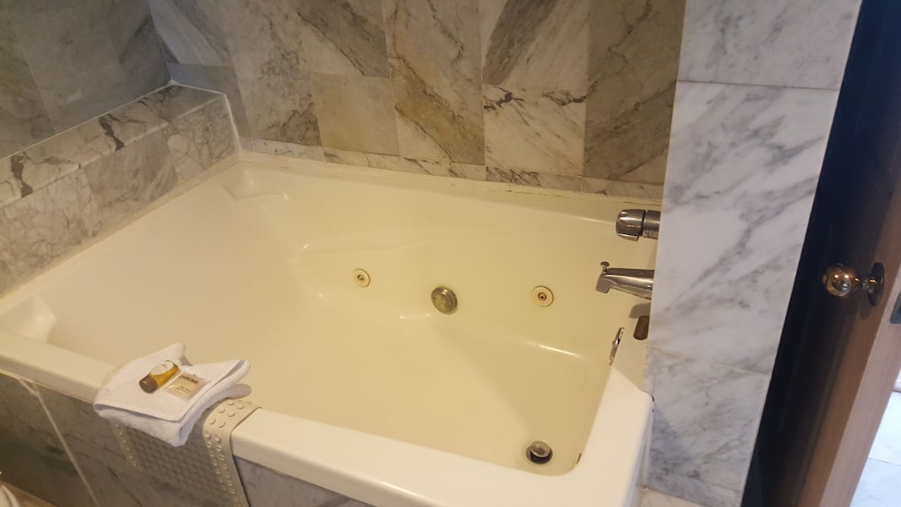 Suite : Master Suite with Jacuzzi 11 of 73
