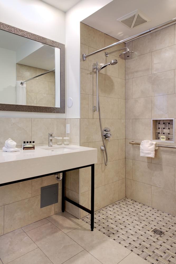 https://i.travelapi.com/hotels/2000000/1470000/1468100/1468098/4899a06c_z.jpg
