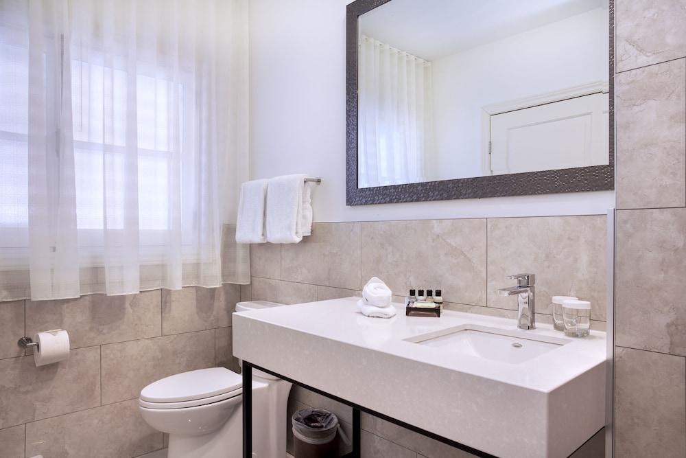 https://i.travelapi.com/hotels/2000000/1470000/1468100/1468098/72dcf47f_z.jpg