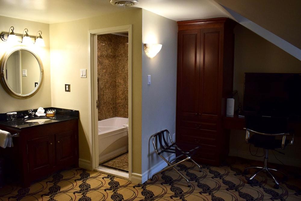 https://i.travelapi.com/hotels/2000000/1470000/1468100/1468098/8000eff4_z.jpg