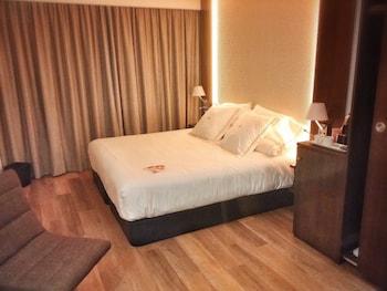 Junior Suite, 1 King Bed, Non Smoking, Bathtub