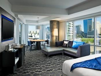 Suite, 1 King Bed, View, Corner