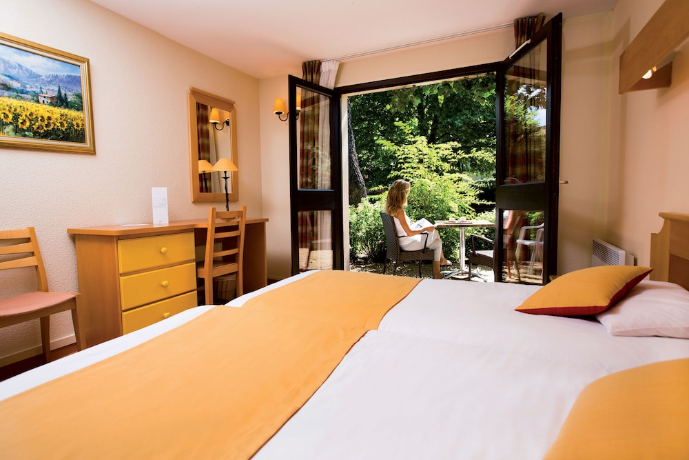 클럽 바캉스 블루 도멘 드 샤토-라발(Club Vacances Bleues Domaine de Château-Laval) Hotel Image 11 - Guestroom