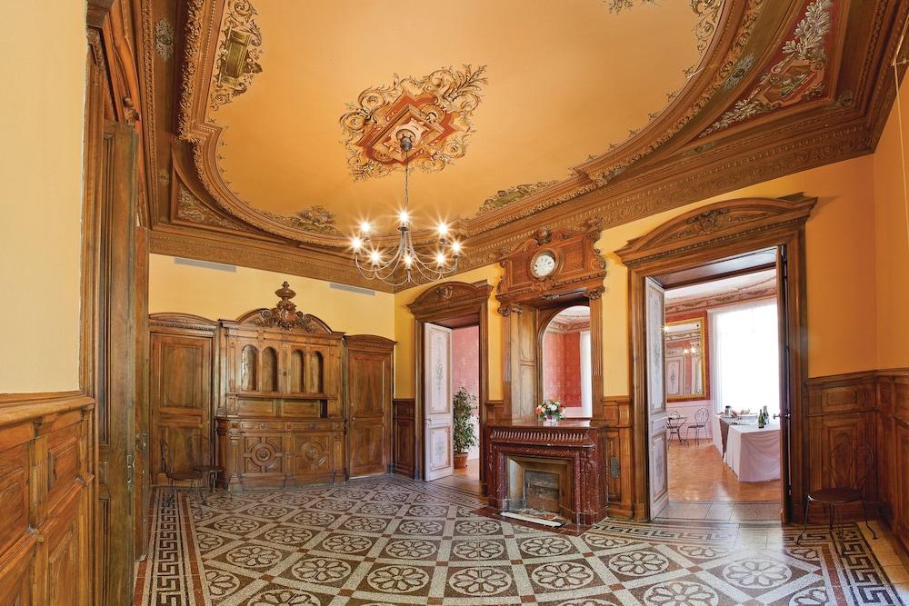 클럽 바캉스 블루 도멘 드 샤토-라발(Club Vacances Bleues Domaine de Château-Laval) Hotel Image 53 - Reception Hall
