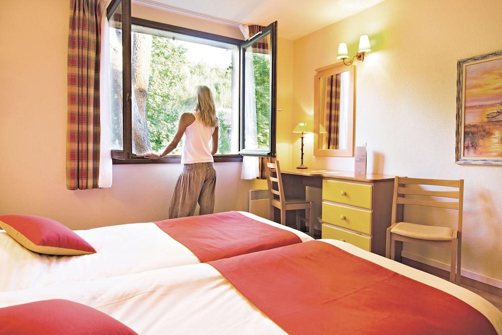 클럽 바캉스 블루 도멘 드 샤토-라발(Club Vacances Bleues Domaine de Château-Laval) Hotel Image 12 - Guestroom