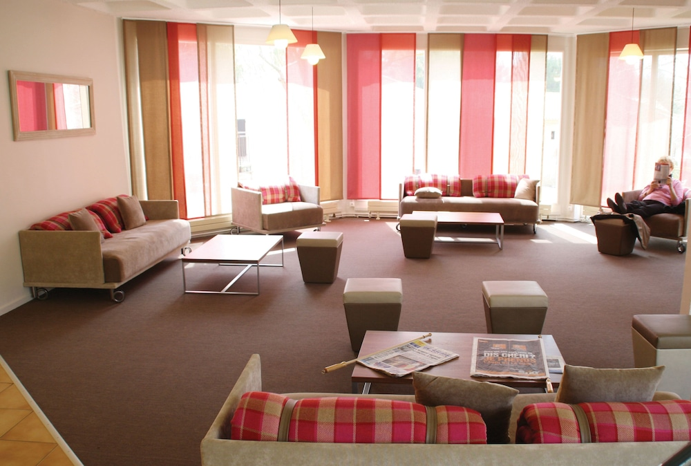 클럽 바캉스 블루 도멘 드 샤토-라발(Club Vacances Bleues Domaine de Château-Laval) Hotel Image 1 - Lobby Sitting Area