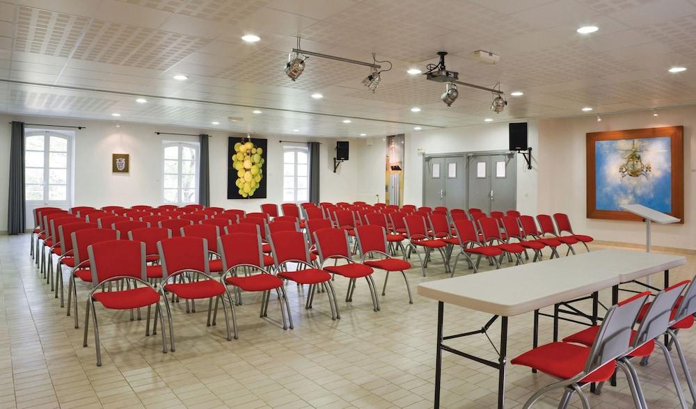 클럽 바캉스 블루 도멘 드 샤토-라발(Club Vacances Bleues Domaine de Château-Laval) Hotel Image 55 - Business Center