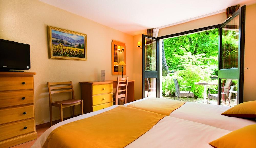 클럽 바캉스 블루 도멘 드 샤토-라발(Club Vacances Bleues Domaine de Château-Laval) Hotel Image 4 - Guestroom