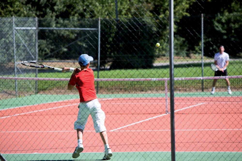 클럽 바캉스 블루 도멘 드 샤토-라발(Club Vacances Bleues Domaine de Château-Laval) Hotel Image 39 - Tennis Court