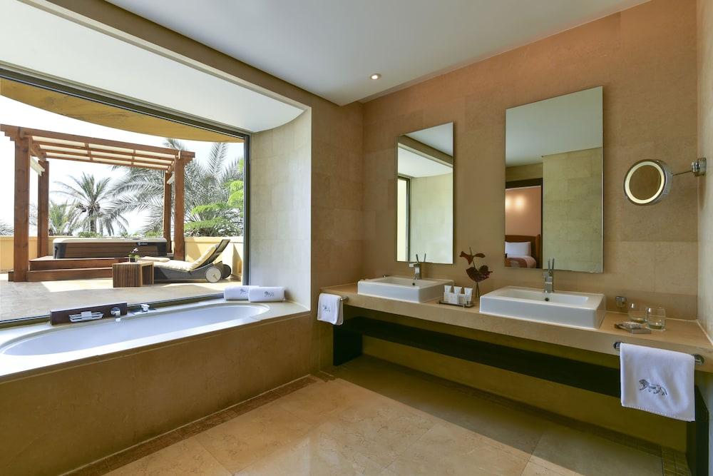 https://i.travelapi.com/hotels/2000000/1490000/1489600/1489538/261b88a6_z.jpg
