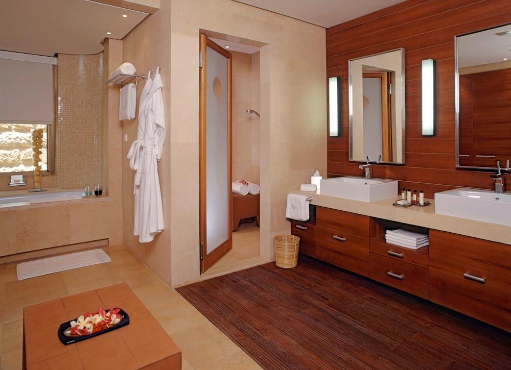 https://i.travelapi.com/hotels/2000000/1490000/1489600/1489538/4b974e8b_z.jpg