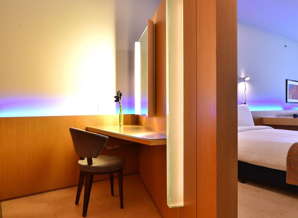 https://i.travelapi.com/hotels/2000000/1490000/1489600/1489538/53d8483c_z.jpg