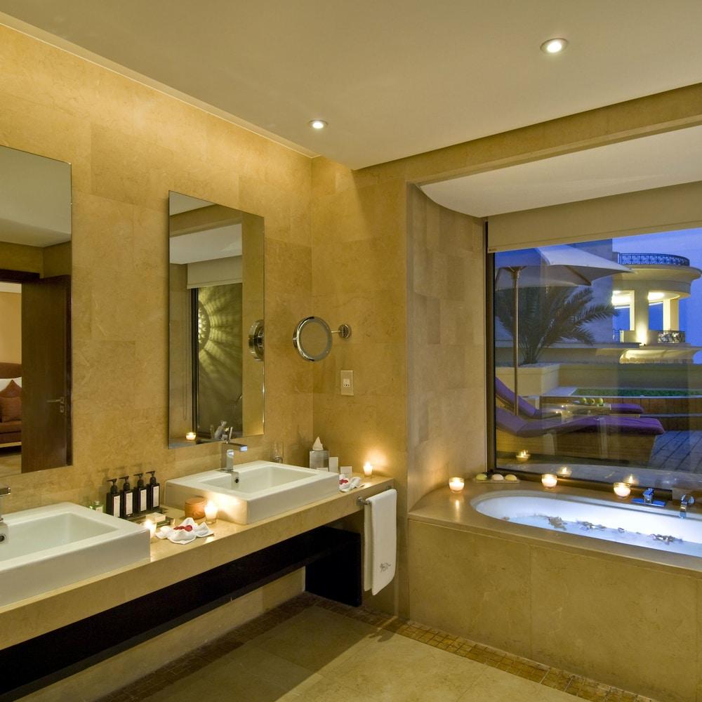 https://i.travelapi.com/hotels/2000000/1490000/1489600/1489538/88cf3db0_z.jpg