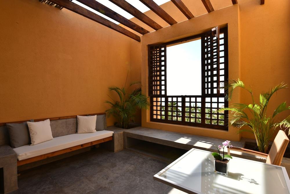 https://i.travelapi.com/hotels/2000000/1490000/1489600/1489538/cc98cc8e_z.jpg