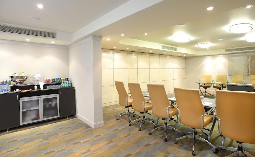 https://i.travelapi.com/hotels/2000000/1500000/1492100/1492022/ed54a7da_z.jpg