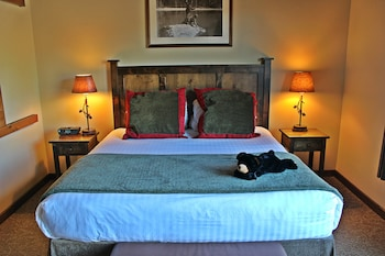 Classic Room, 1 King Bed (Viking Lodge)