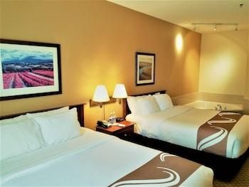 Standard Room, 2 Queen Beds, Non Smoking, Hot Tub