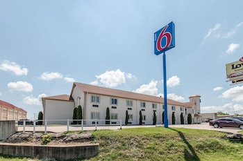 Hotel Front at Motel 6 Hutchins in Hutchins