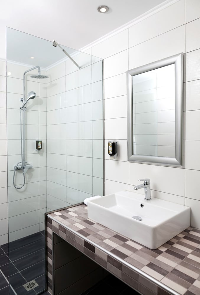 https://i.travelapi.com/hotels/2000000/1530000/1524800/1524744/d80b2394_z.jpg