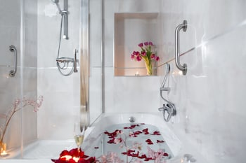 Romantic Room, Jetted Tub (Bottle of sparkling wine & chocolate)