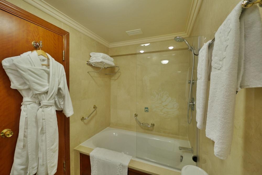 https://i.travelapi.com/hotels/2000000/1550000/1549100/1549098/1db2fd65_z.jpg
