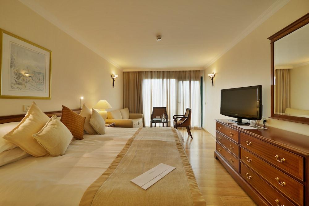 https://i.travelapi.com/hotels/2000000/1550000/1549100/1549098/84327f5b_z.jpg