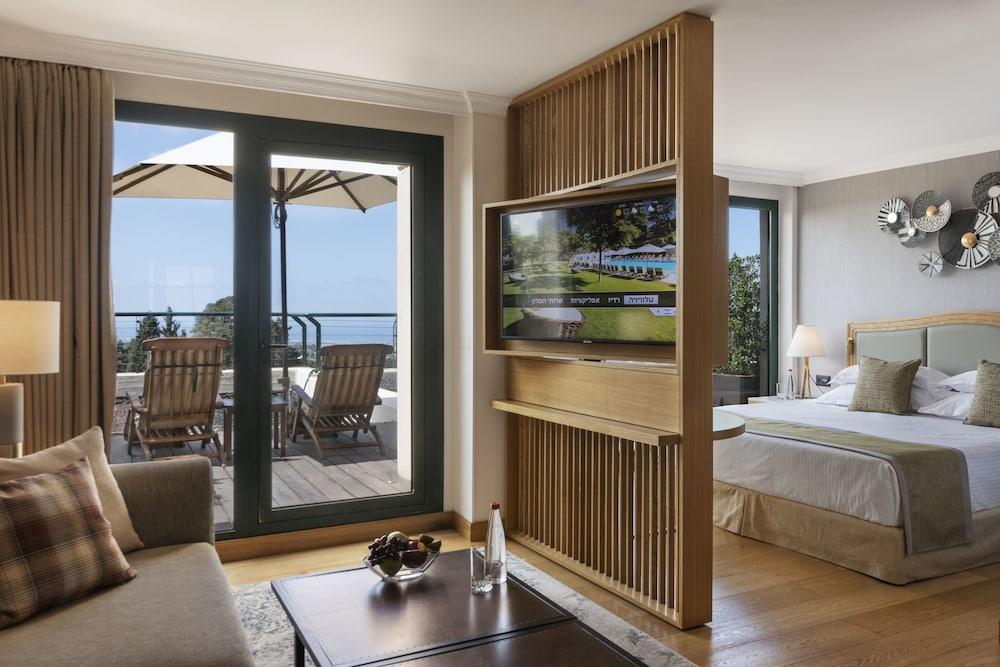 https://i.travelapi.com/hotels/2000000/1550000/1549100/1549098/8acd9cae_z.jpg