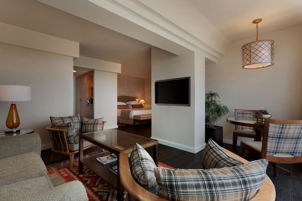 https://i.travelapi.com/hotels/2000000/1550000/1549100/1549098/bcc5ca50_z.jpg