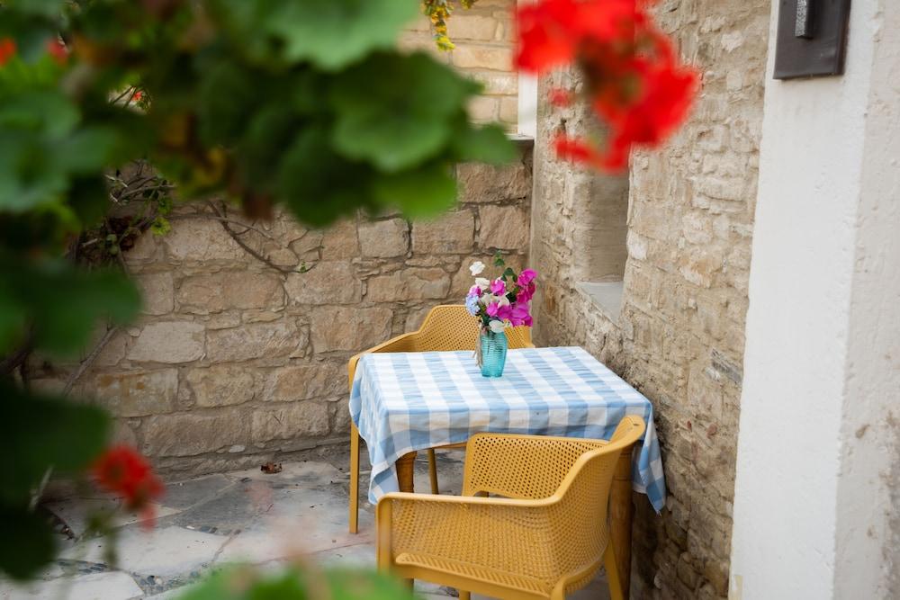 https://i.travelapi.com/hotels/2000000/1550000/1549800/1549789/ac7d8bee_z.jpg