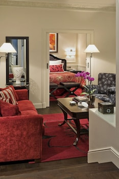 The Penthouse Suite (2 rooms & 2 bathrooms & living room)