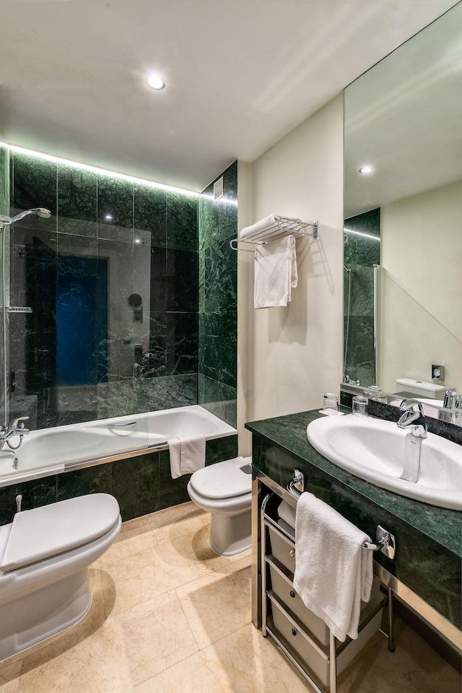 https://i.travelapi.com/hotels/2000000/1560000/1559900/1559891/f9aea826_z.jpg