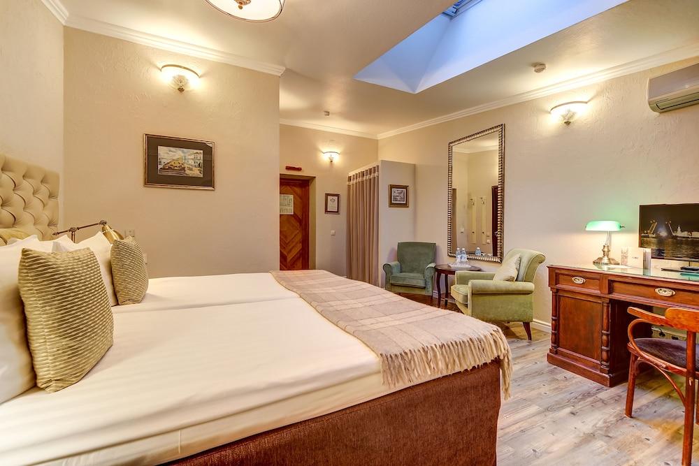 https://i.travelapi.com/hotels/2000000/1570000/1563000/1563000/05e9a86a_z.jpg