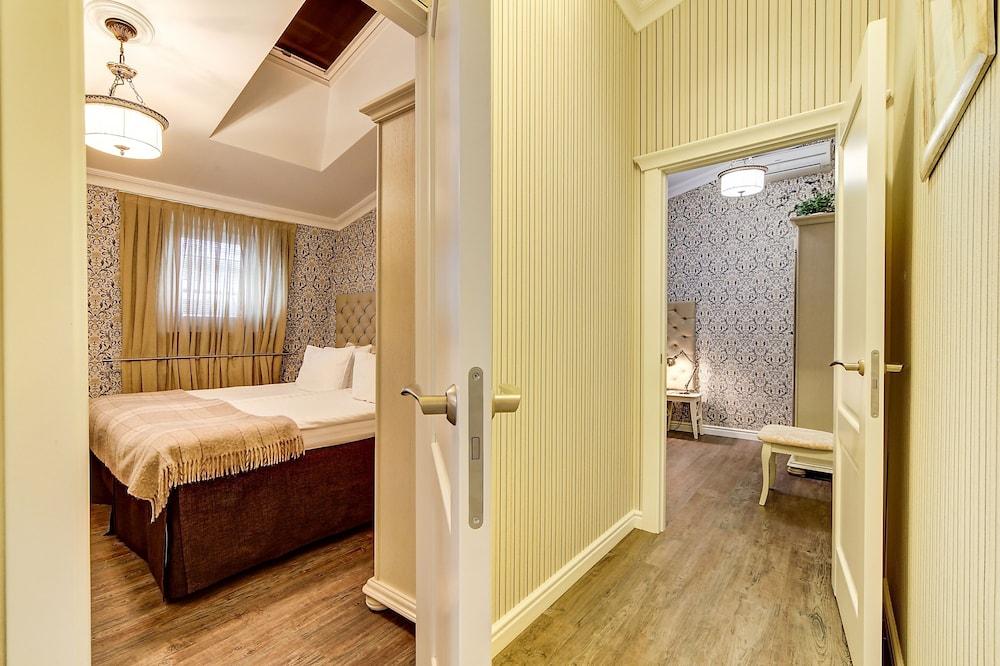 https://i.travelapi.com/hotels/2000000/1570000/1563000/1563000/07609db2_z.jpg