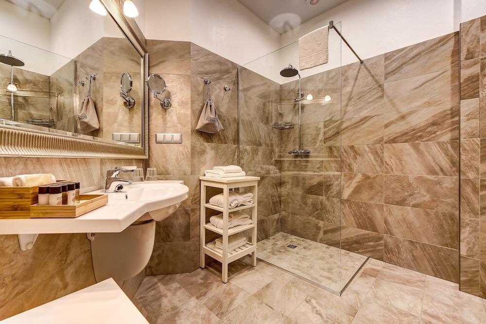 https://i.travelapi.com/hotels/2000000/1570000/1563000/1563000/11f7995c_z.jpg