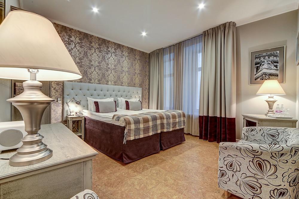 https://i.travelapi.com/hotels/2000000/1570000/1563000/1563000/32859300_z.jpg