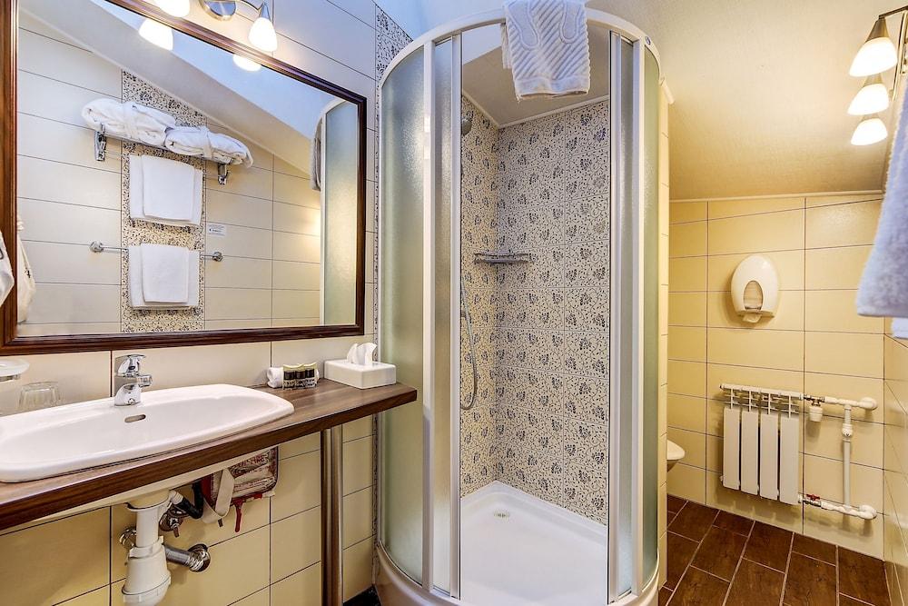 https://i.travelapi.com/hotels/2000000/1570000/1563000/1563000/3d0a0a01_z.jpg