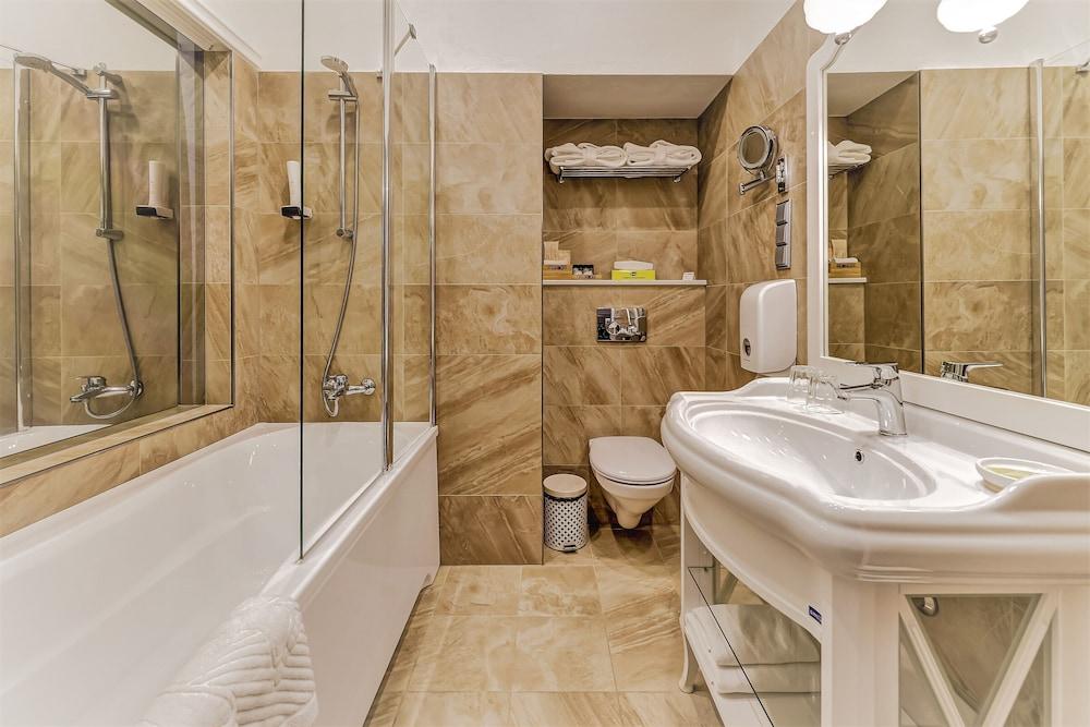 https://i.travelapi.com/hotels/2000000/1570000/1563000/1563000/5a1fdaab_z.jpg