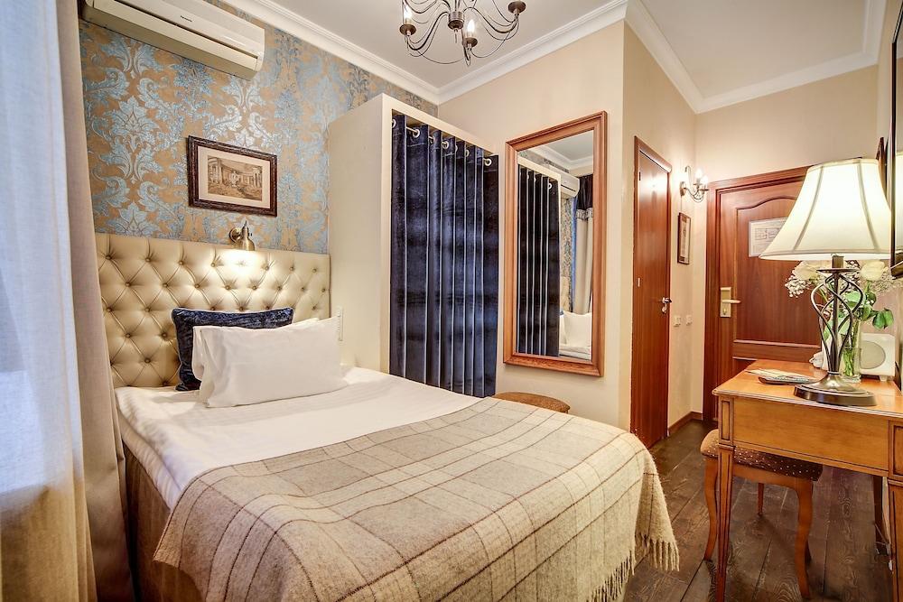 https://i.travelapi.com/hotels/2000000/1570000/1563000/1563000/7981c3ea_z.jpg