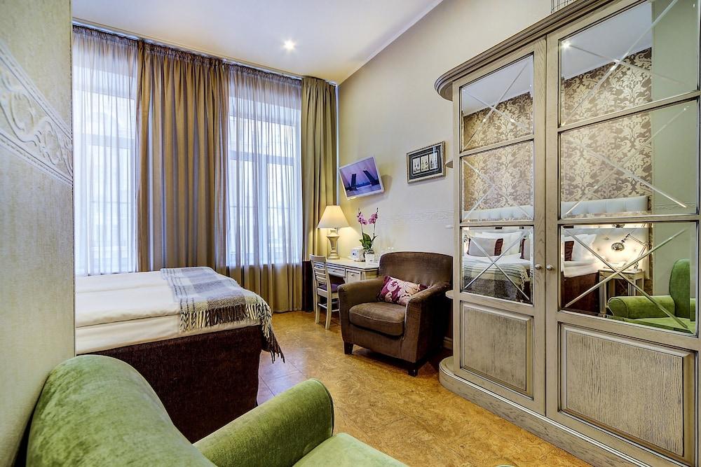 https://i.travelapi.com/hotels/2000000/1570000/1563000/1563000/7d918baf_z.jpg
