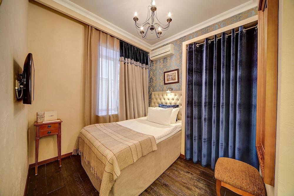 https://i.travelapi.com/hotels/2000000/1570000/1563000/1563000/8d315ae0_z.jpg