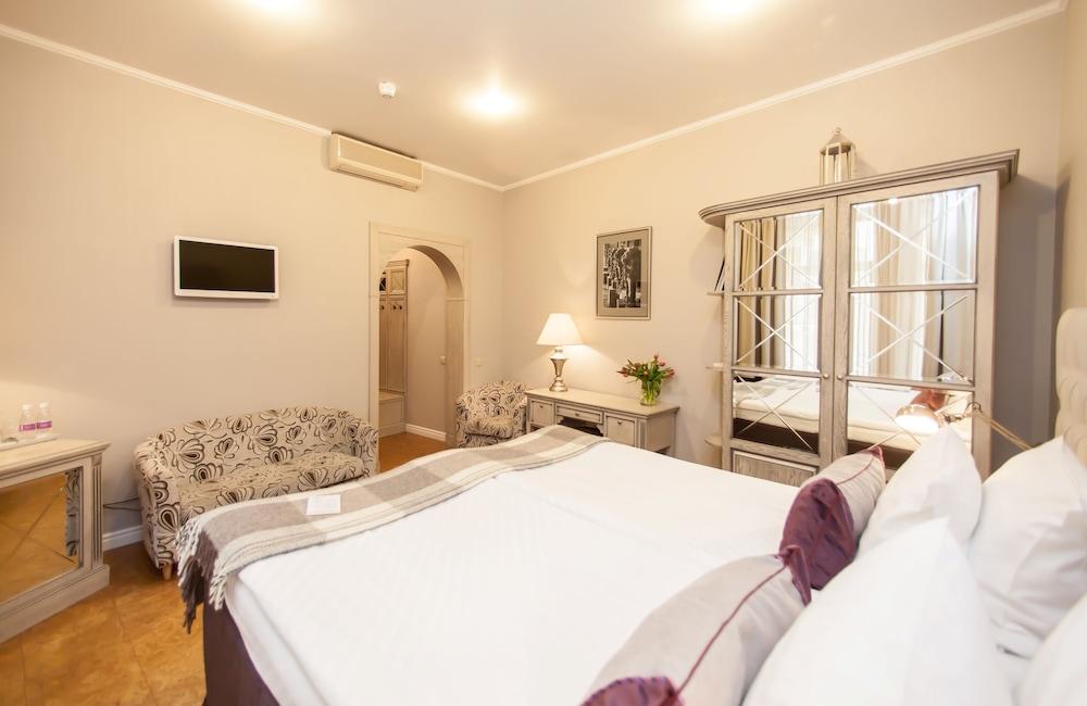 https://i.travelapi.com/hotels/2000000/1570000/1563000/1563000/c46a8cba_z.jpg
