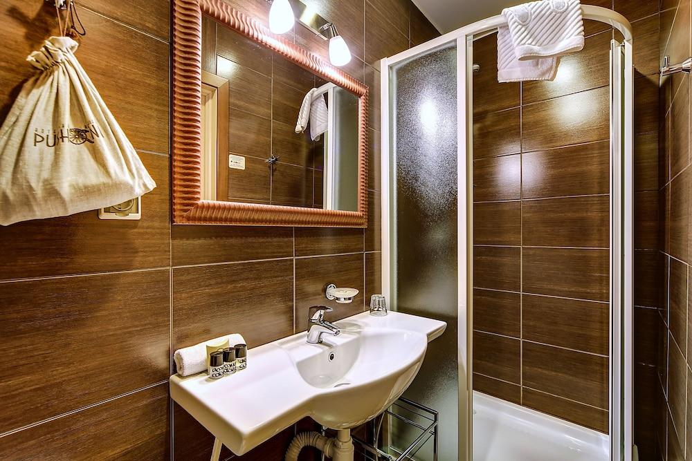 https://i.travelapi.com/hotels/2000000/1570000/1563000/1563000/da44addc_z.jpg