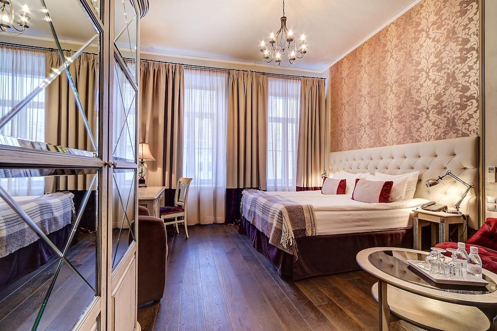 https://i.travelapi.com/hotels/2000000/1570000/1563000/1563000/fefbf0c2_z.jpg