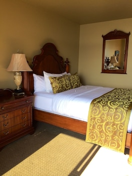 Room 3 with Queen Bed and Hot Tub