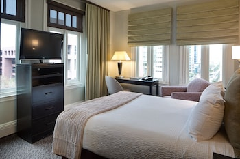 Corner Room, 1 Queen Bed, City View