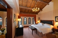 Executive Suite, 1 King Bed, Canal View