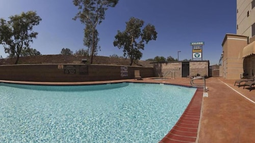 Holiday Inn Express and Suites Bakersfield Central, Kern