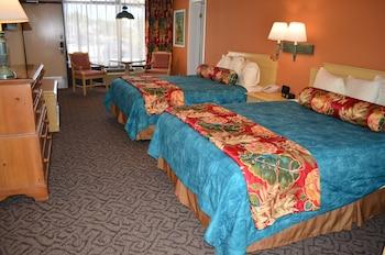 Suite, 1 Bedroom (3 queens- 5B)