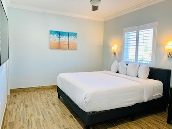 Suite, 1 King Bed, Kitchen (located across the street from beach)
