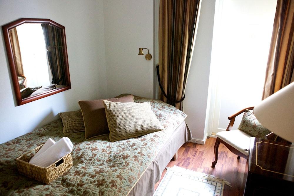 https://i.travelapi.com/hotels/2000000/1640000/1636400/1636362/0b25aa68_z.jpg
